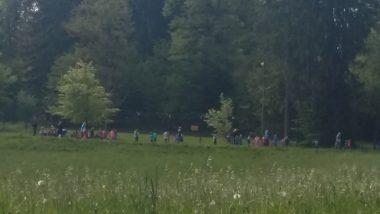 Prvošolci na travniku
