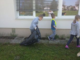 Prvošolci v podaljšanem bivanju očistili okolico šole